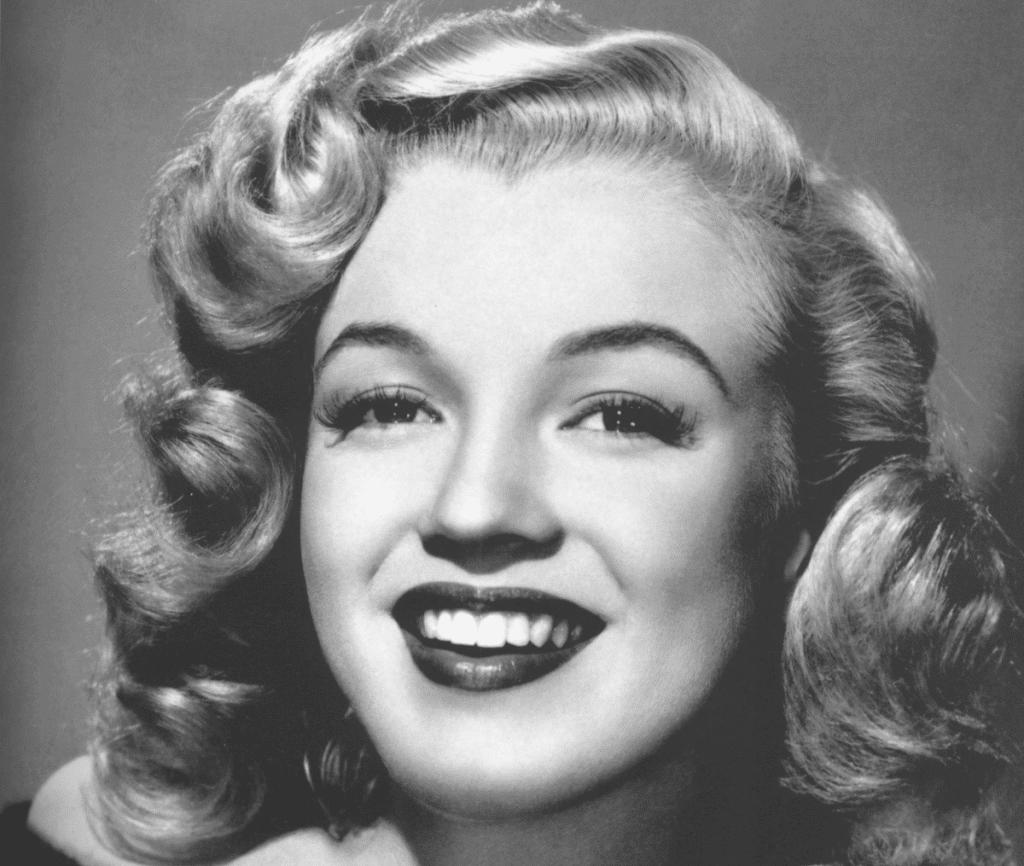 photo de femme en noir et blanc