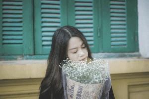 une femme sentant des fleurs