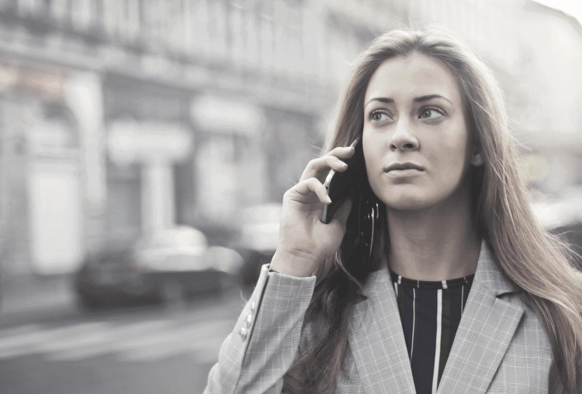 femme au téléphone dans la rue