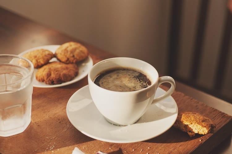 le café et un verre d'eau